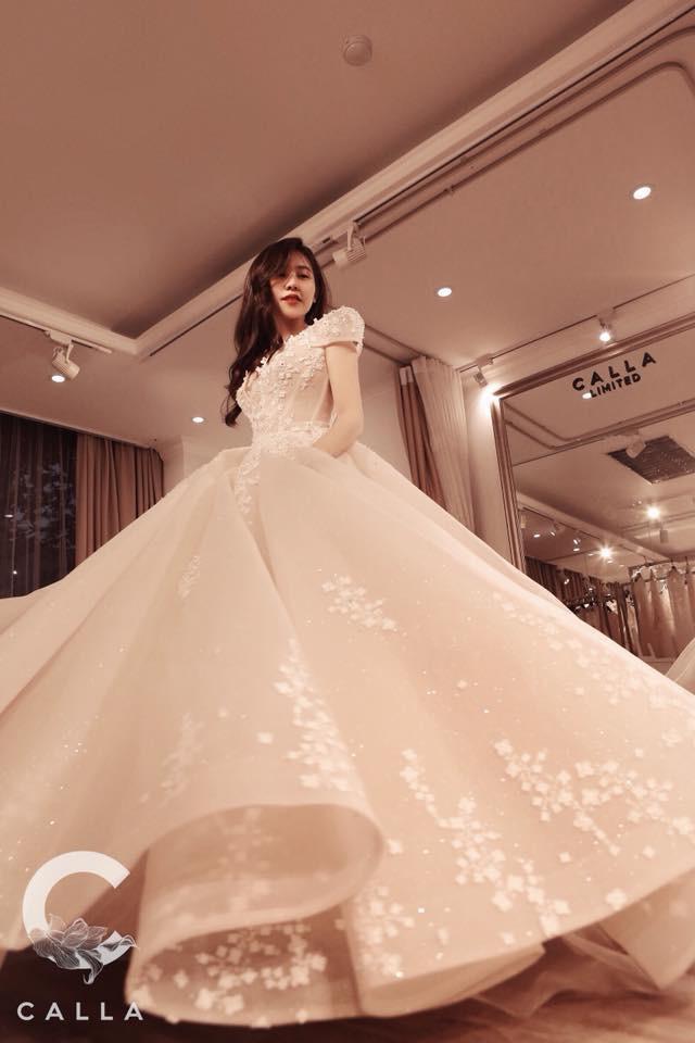 Trinh Hoàng thử váy cưới trước đó