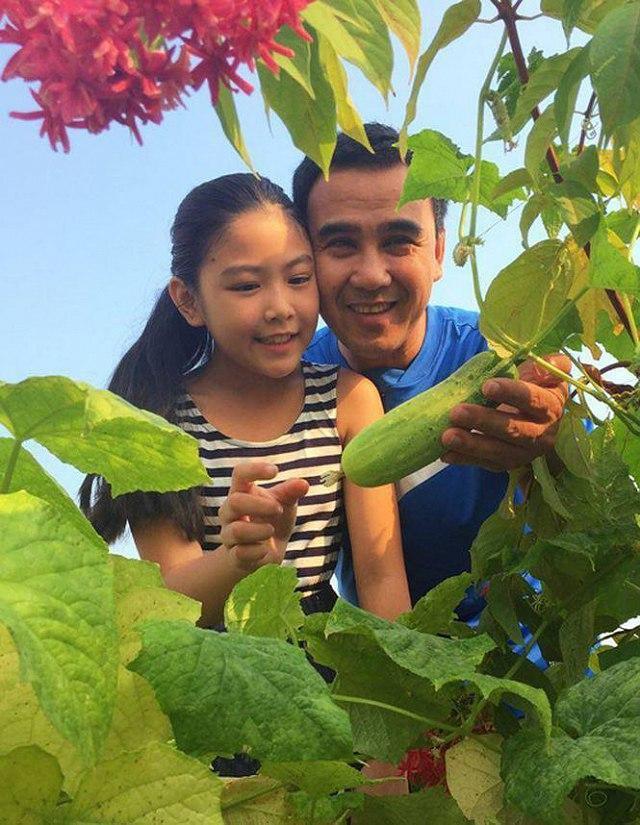 Quyền Linh đã có những phút giây hạnh phúc và bình yên cùng gia đình mình tại vườn rau này.