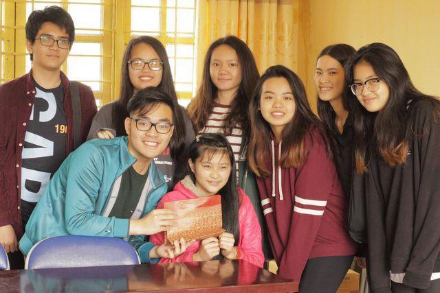 Thuận và các bạn trong tổ chức SANSE trao quà cho em nhỏ ở Bản Liền (Lào Cai).