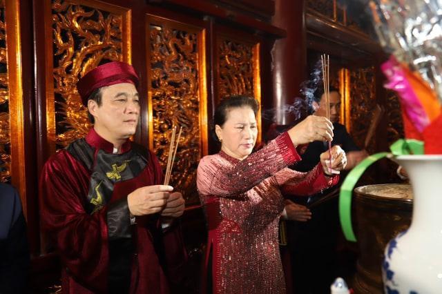 Chủ tịch Quốc hội Nguyễn Thị Kim Ngân dâng hương, hoa, lễ vật tri ân, tưởng nhớ công đức các Vua Hùng