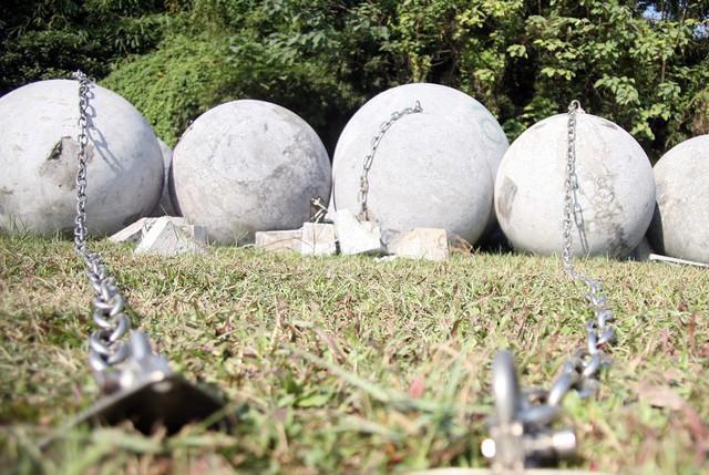 40 quả bóng xích từng được dịch chuyển từ trước cửa SVĐ Mỹ Đình ra bãi đất trống cách đó không xa.