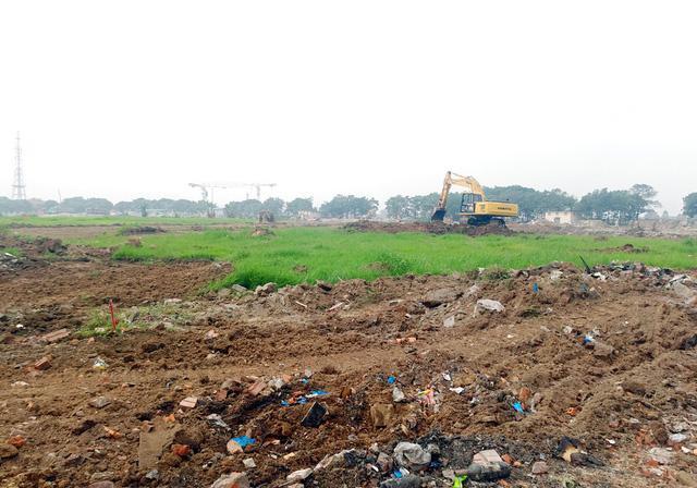Công nhân, máy móc đang thi công rầm rộ tại khu vực này phục vụ đường đua F1.