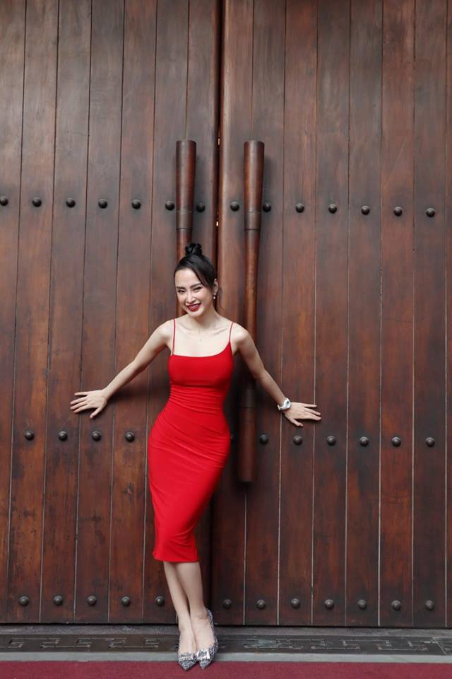 Đối với những trang phục tôn dáng, nữ diễn viên hạn chế những chi tiết cắt khoét nhằm tiết chế sự gợi cảm.