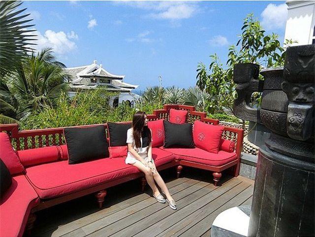 Cô thường xuyên ghé thăm các địa điểm dành cho giới nhà giàu, khu nghỉ dưỡng 5 sao và tham dự các bữa tiệc đắt đỏ.