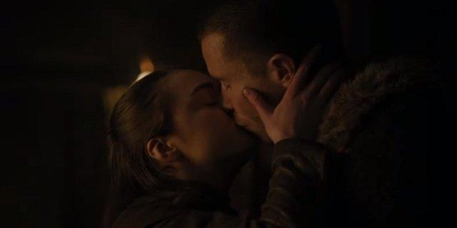 """Arya và Gendry đã có giây phút """"mặn nồng"""" cùng nhau trong tập 2."""