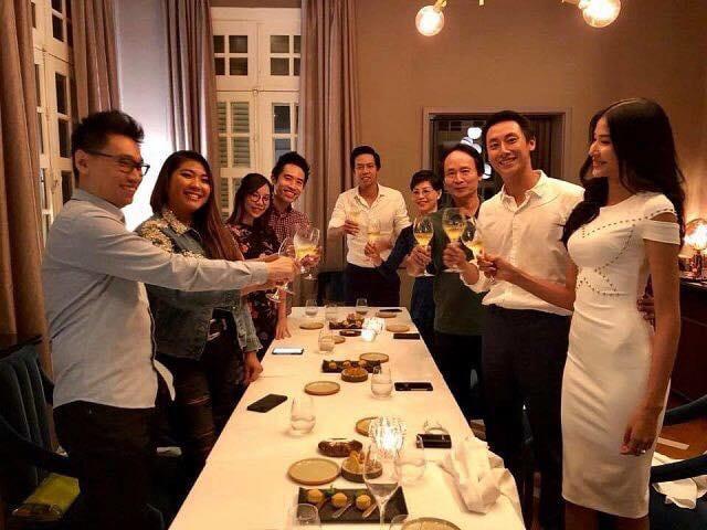 """Cụ thể bức ảnh hoàng Thùy mặc một chiếcđầm cocktail trắng xuất hiện trong một bữa tiệc khiến nhiều người bất ngờ vì bỗng nhiên vòng một của cô """"no tròn"""" đến lạ thường."""