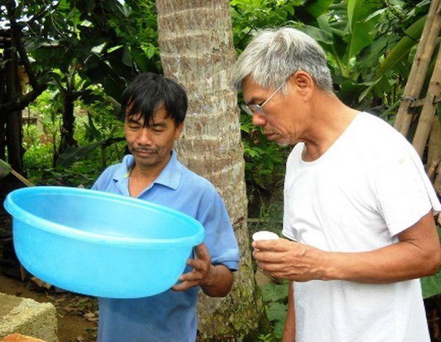 Đặt một chiếc chậu dưói gốc dừa, chỉ hứng hơn một tiếng, thì có thể hứng được gần một cốc uống bia.