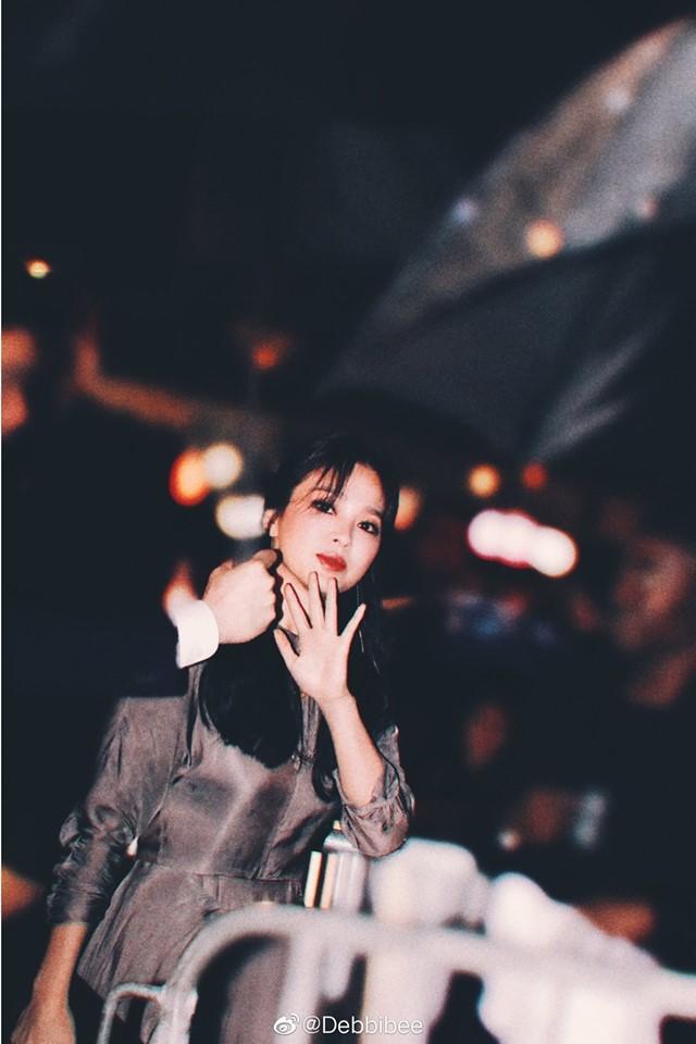 Mỹ nhân xứ Hàn xinh đẹp trong mái tóc đen dài cùng tông makeup đậm sắc sảo đến xem show thời trang của thương hiệu Prada