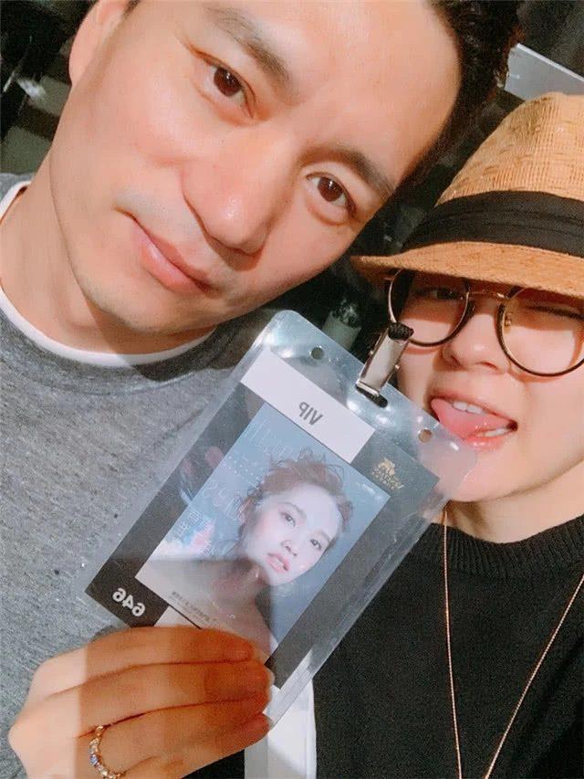 Cả hai đăng trên Weibo khoe thẻ mời VIP trong đêm nhạc của Dương Thừa Lâm