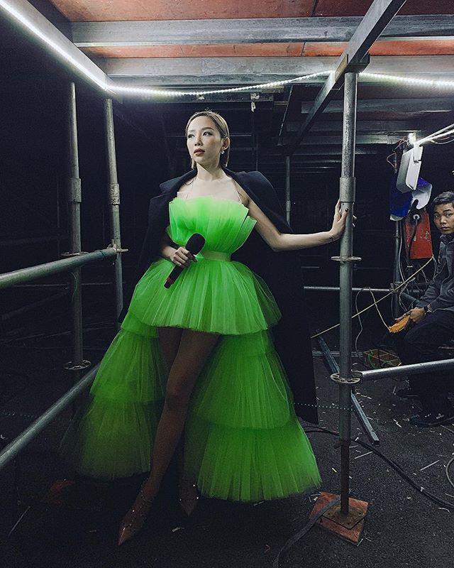 """Thì xuất hiện trên sân khấu lại là một bộ váy xòe bồng bềnh cực hoành tráng, đủ sức """"chặt chém"""" và thừa độ nổi bật."""