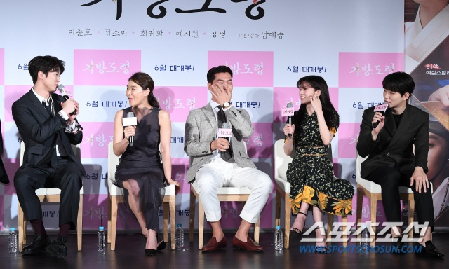 Lee Junho, Jung So Min và Gong Myung rạng rỡ tại họp báo phim điện ảnh Homme Fatale ảnh 18