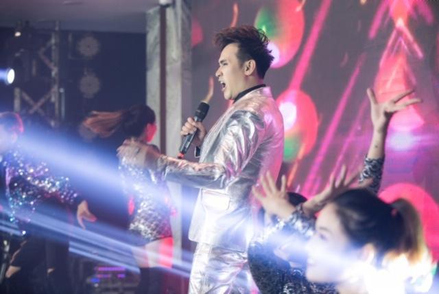 Nam ca sĩ Nguyên Vũ cũng mang tới những phần trình diễn đầy năng lượng