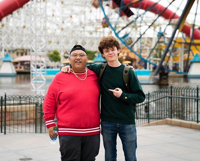 Cậu em Harry đến chụp ảnh với bạn diễn của anh mình trong Spider-man: Far From Home.