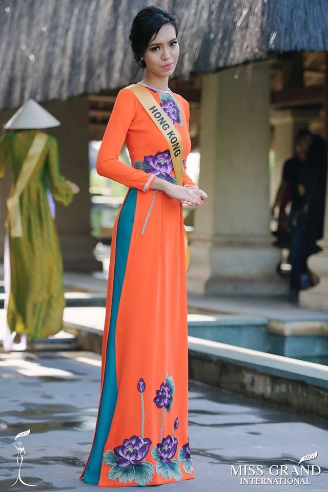 Hình ảnhHoi Lam Law mặc áo dài Việt Nam.