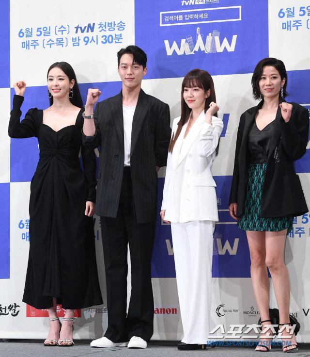Họp báo WWW: Lee Da Hee bị soi vòng 1 khủng  Im Soo Jung đẹp đôi bên Jang Ki Yong mặc kệ tuổi 40 ảnh 24