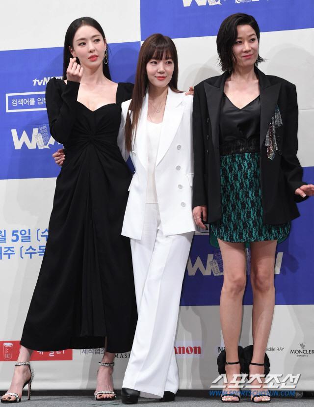 Họp báo WWW: Lee Da Hee bị soi vòng 1 khủng  Im Soo Jung đẹp đôi bên Jang Ki Yong mặc kệ tuổi 40 ảnh 23