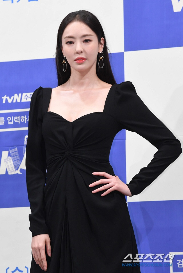 Họp báo WWW: Lee Da Hee bị soi vòng 1 khủng  Im Soo Jung đẹp đôi bên Jang Ki Yong mặc kệ tuổi 40 ảnh 12