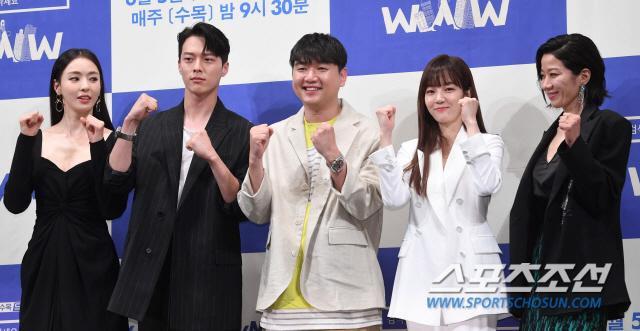 Họp báo WWW: Lee Da Hee bị soi vòng 1 khủng  Im Soo Jung đẹp đôi bên Jang Ki Yong mặc kệ tuổi 40 ảnh 25