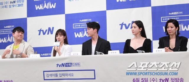 Họp báo WWW: Lee Da Hee bị soi vòng 1 khủng  Im Soo Jung đẹp đôi bên Jang Ki Yong mặc kệ tuổi 40 ảnh 26