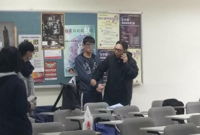Nam sinh tấn công bạn gái ngay trong lớp học.