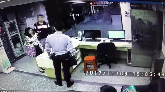 Trần và Thạch tại đồn cảnh sát.