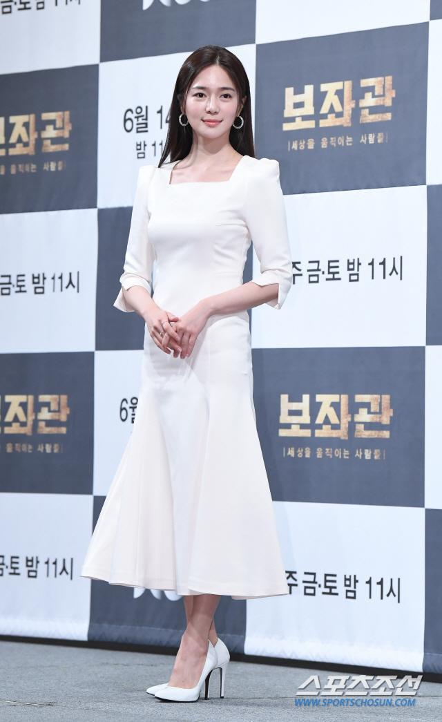 Lee Elijah đảm nhận vai Yoon Hye Won, thư ký sang chảnh của Song Hee Seob.