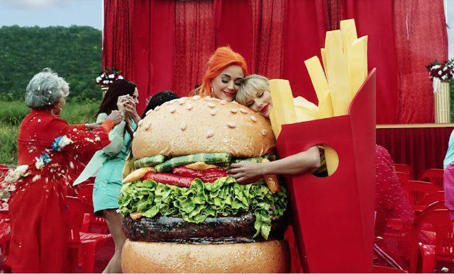 Khoảnh khắc thân thiết của Katy và Taylor - bức ảnh được nhiều người chia sẻ nhất vào hôm nay.