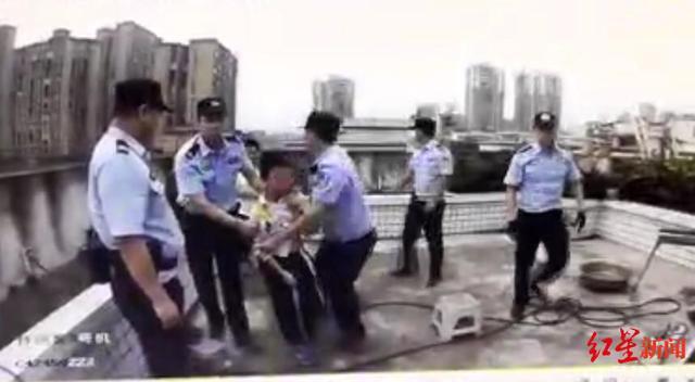 May mắn thay, cảnh sát đã giải cứu cậu bé thành công.