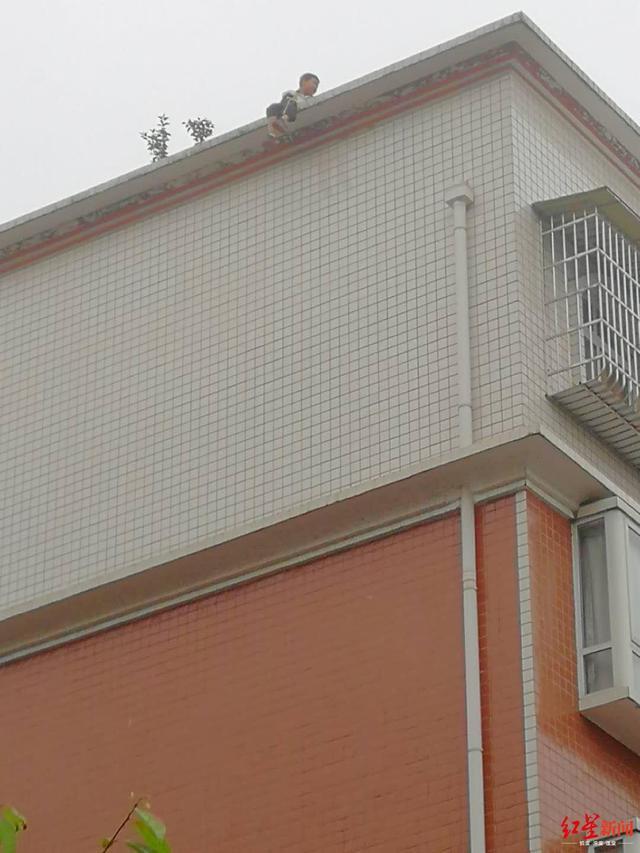 Tiểu Hoa ngồi vắt vẻo trên tầng 7 toà nhà.