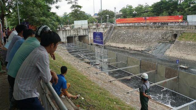 Người dân theo dõi quá trình xử lý bùn ở sông Tô Lịch bằng công nghệ Nhật Bản.