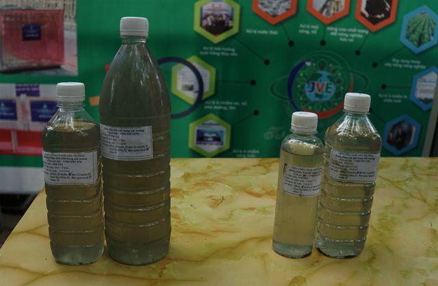 Mẫu nước các đơn vị lấy ở khu vực chưa được xử lý (bên trái) đục hơn, còn mẫu nước được lấy ở khu vực xử lý bằng công nghệ Nhật Bản đã trong hơn, màu sáng sơn.