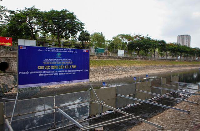 """Khu vực """"trình diễn phân hủy bùn thành CO₂ và nước"""" ở sông Tô Lịch nằm ở đoạn sông Tô Lịch đoạn qua phố Nguyễn Đình Hoàn."""