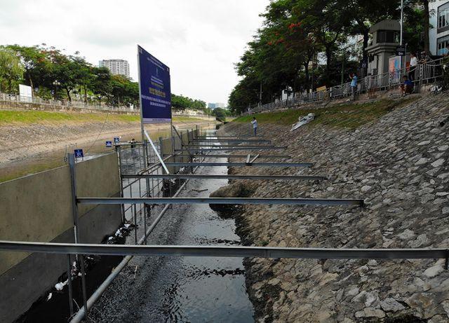 Theo đơn vị thực hiện thí điểm, lớp bùn dưới sông Tô Lịch có nơi dày cả mét. Công nghệ trên sẽ xử lý bùn mà không cần nạo vét.