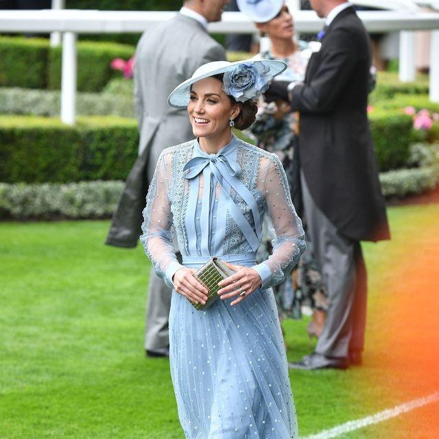 Kate chọn chiếc váy vải sheer của thương hiệu Elie Saab tô điểm chiếc mũ cài bông hồng xanh Philip Treacy