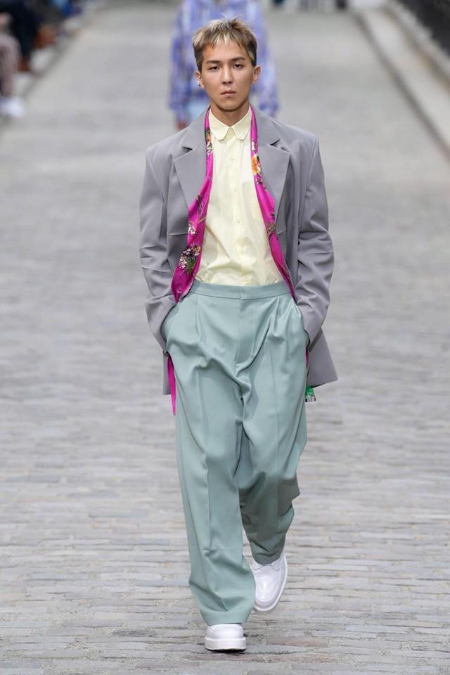 Chàng rapper tài năng của nhóm Winner - Song Mino được NTK Virgil Abloh mời anh là một trong những nghệ sĩ Hàn hiếm hoi xuất hiện trong show Louis Vuitton với tư cách là người mẫu catwalk