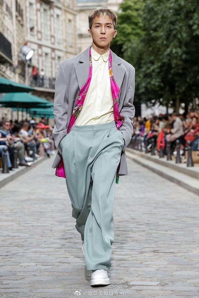 Song Mino cao hơn 1m80 , có thân hình cao ốm chuẩn như một người mẫu. Anh khoác trên mình các thiết kế mới nhất cho dòng đồ nam của nhà Louis Vuitton