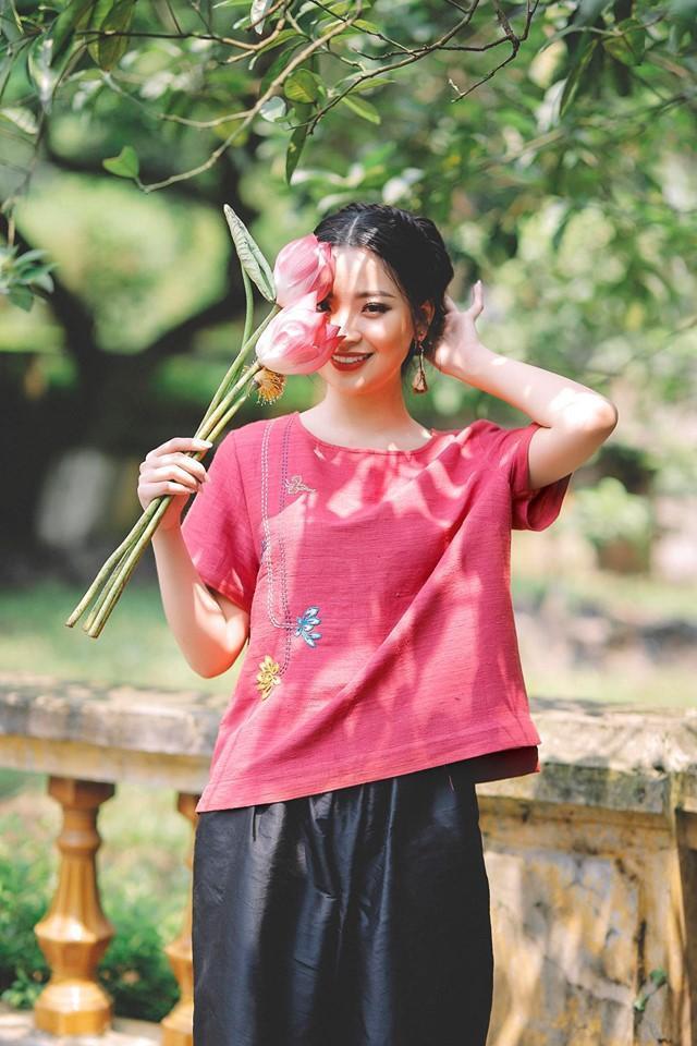 Đỗ Hồng Hạnh (sinh viên năm 3, ngành Tài chính – Ngân hàng) sở hữu nhan sắc xinh đẹp cùng sự thông minh, bản lĩnh. Cô đã trở thành tân hoa khôi ĐH Kinh tế Quốc dân, kế nhiệm Á hậu Phương Nga.