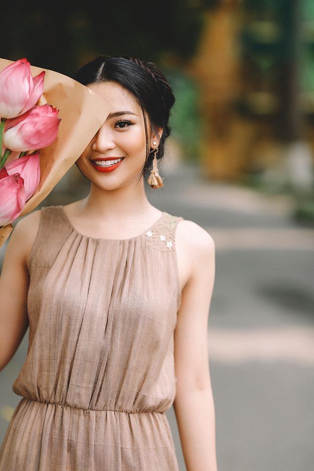 Cận cảnh nhan sắc rạng rỡ của Hoa khôi ĐH KTQD bên quốc hoa