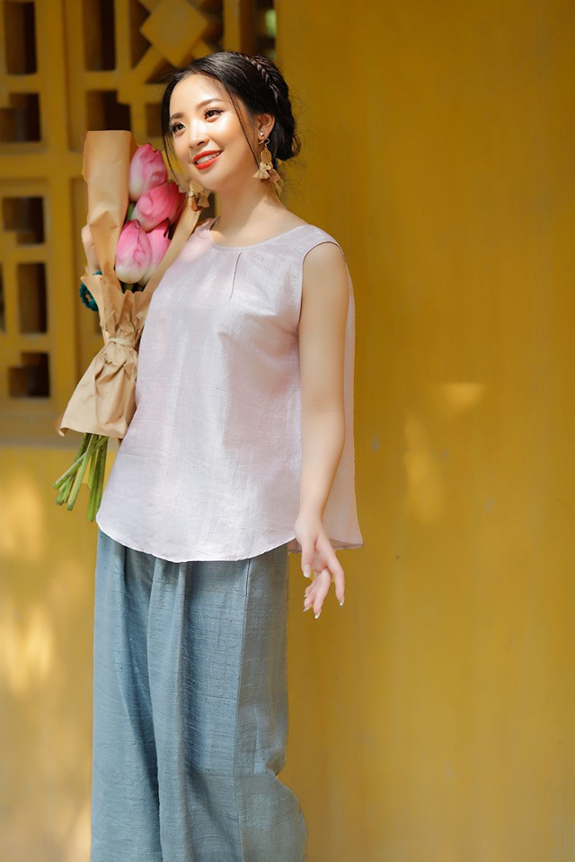 Khi trào lưu chụp ảnh giữa đầm hoa sen đang nở rộ, bộ ảnh của Hồng Hạnh chụp cùng bó hoa nhỏ nhắn đã gây ấn tượng theo cách rất riêng.