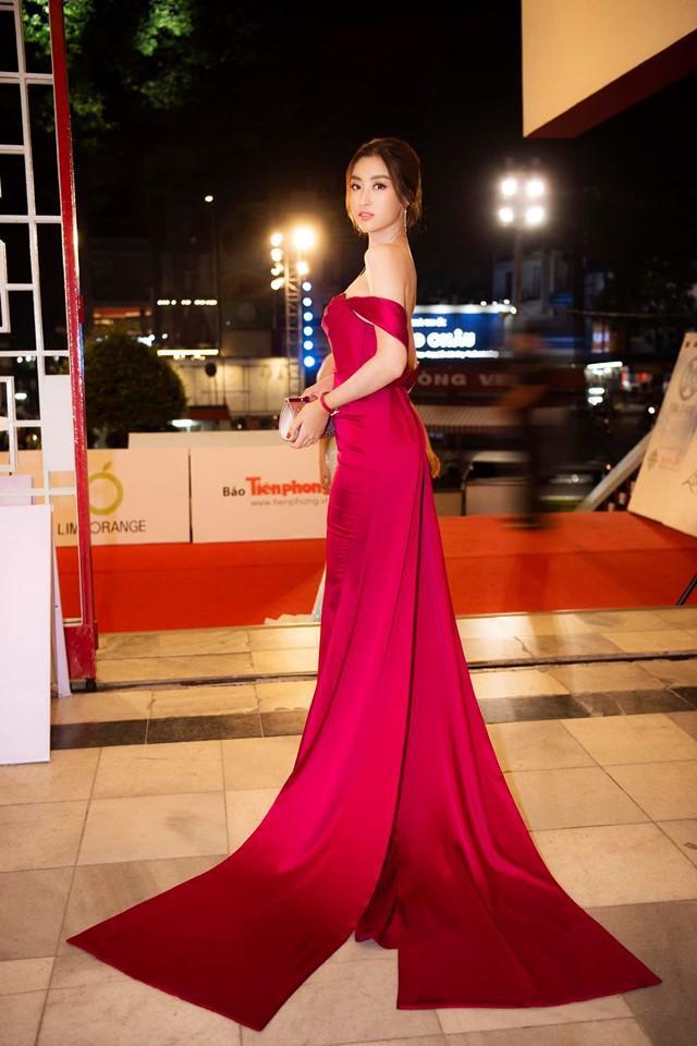 """Đỗ Mỹ Linh tiếp tục """"thả thính"""" fan cùng mẫu váy dạ hội trễ vai của NTK Lê Thanh Hòa."""