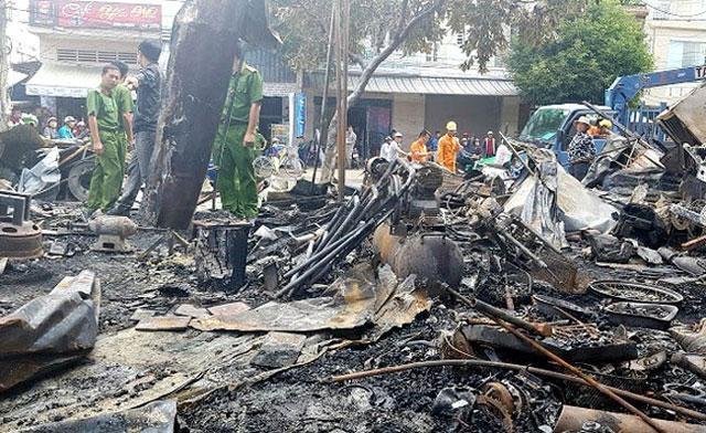 Vụ hỏa hoạn thiêu rụi dãy 12 ki-ốt gồm 12 cửa hàng cùng toàn bộ tài sản bên trong. Ảnh: Nhân Dân