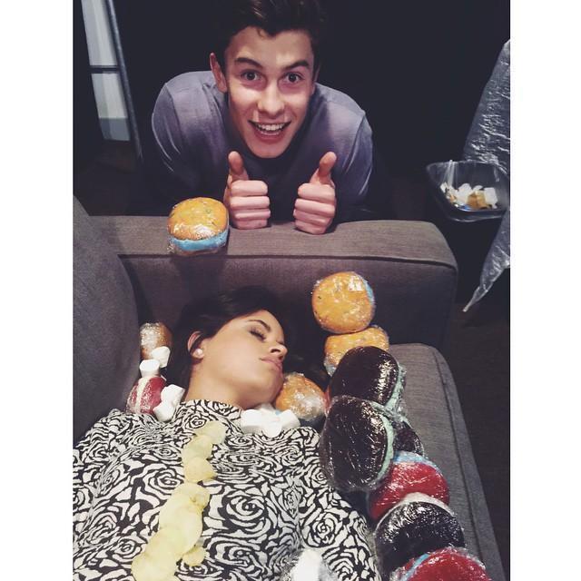 Khoảnh khắc đáng yêu khi Shawn chơi khăm Camila trong giấc ngủ.