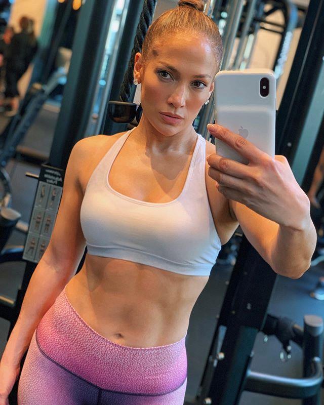 Nàng ca sĩ Jennifer Lopez luôn khiến bao nhiêu phụ nữ ganh tỵ bởi nhan sắc trường tồn cùng thân hình nóng bỏng, cô thường xuyên đi tập gym để giữ dáng