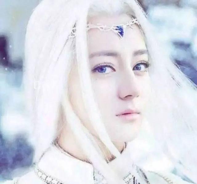 Sao Hoa ngữ với tạo hình mái tóc dài bạc trắng ảnh 4