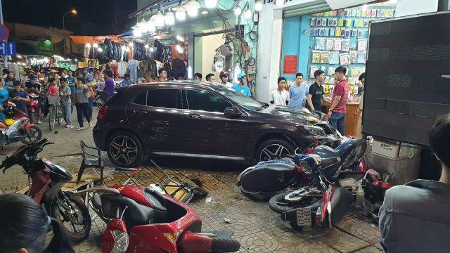 Theo đó, một nữ tài xế (chưa rõ danh tính) điều khiển xe ô tô đổ dốc cầu Nguyễn Tri Phương, hướng Q.8 đi Q.5 (TP.HCM). Ảnh: Dân Trí