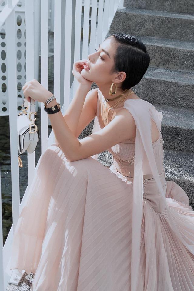 Bên cạnh đó, cách tạo dáng cũng là một điểm đặc biệt, thay vì đứng pose ảnh như nhiều mỹ nhân khác, cô nàng thử nghiệm nhiều tư thế đơn giản, khác lạ.
