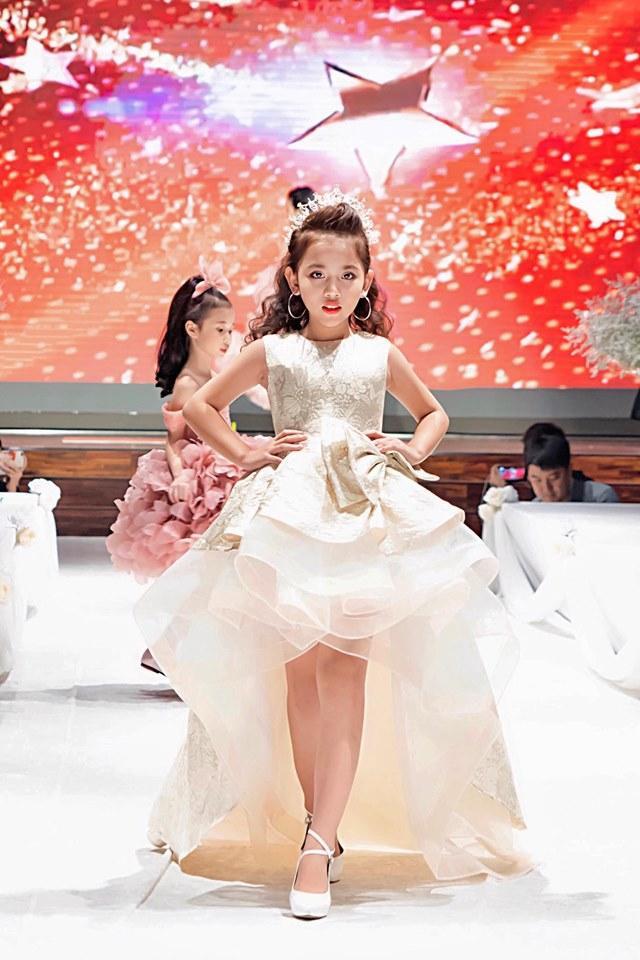Với việc xuất hiện chuyên nghiệp trên sàn runway nước bạn, khán giả có thể nhận định ngành thời trang Việt Nam đã có sự phát triển đáng kể.
