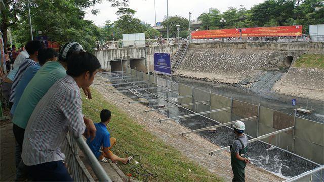 Hà Nội đang tìm các giải pháp để hồi sinh dòng sông Tô Lịch. (Ảnh: Nguyễn Dương)