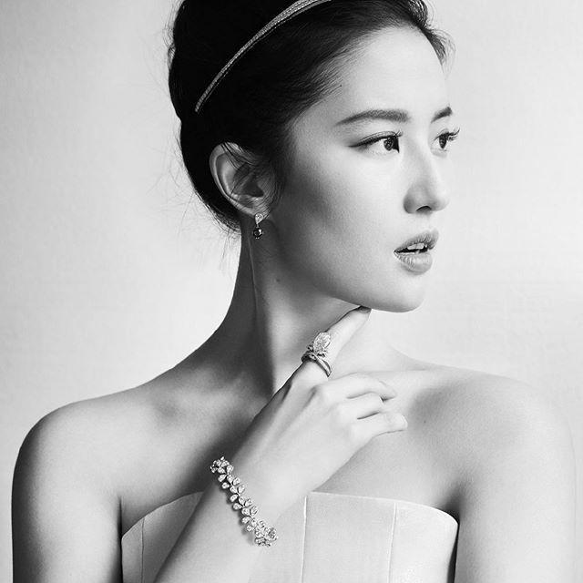 """Nàng """"Mulan"""" Trung Quốc vừa qua đã được vinh dự làm đại sứ thương hiệu cho một hãng trang sức cao cấp của Pháp"""
