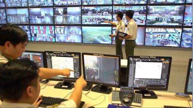 Nhân viên ANHK kiểm soát hình ảnh camera tại nhà ga hành khách